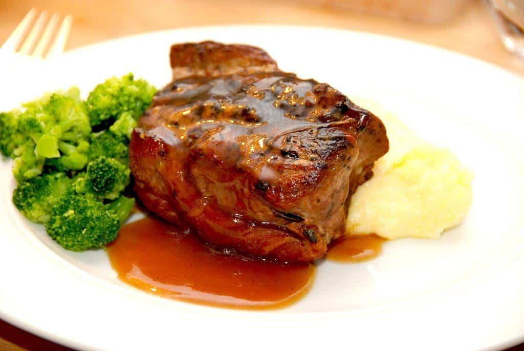 I madplan uge 48 kan du blandt andet se den dejlige opskrift på forloren mørbrad, der steges i gryde. Her serveret med kartoffelmos og dampet broccoli. Foto: Madensverden.dk.