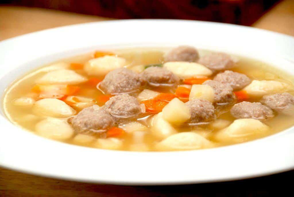 Oksekødssuppe (klar suppe med boller)