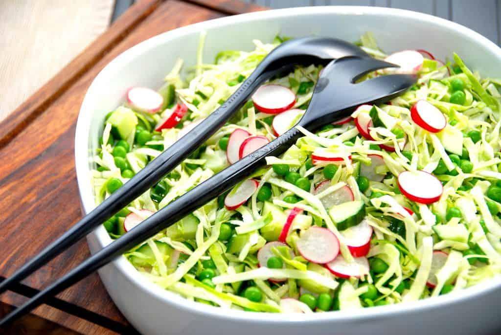 Der findes et utal af lækre opskrifter med spidskål, og alene her på siden har vi rigtig mange. Og spidskålen kan blandt andet anvendes rå i salater, hvor den er aldeles fremragende. Foto: Madensverden.dk.