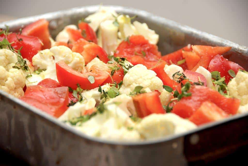 Ovnbagt blomkål og peberfrugt i fad