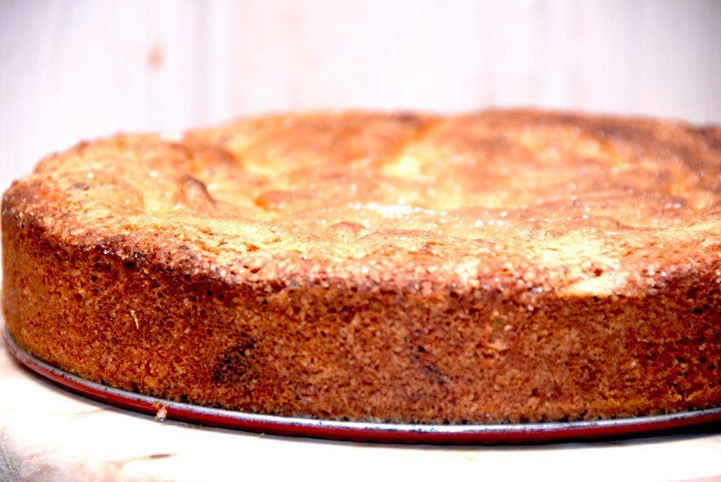 En velbagt og lækker pæretærte, hvor dejen laves med chokolade og marcipan. Kagen minder meget om Guldbagerens Guldalderkage. Foto: Madensverden.dk.