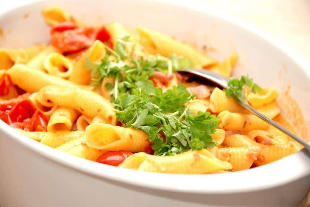Pasta opskrift med tomatflødesovs og bacon