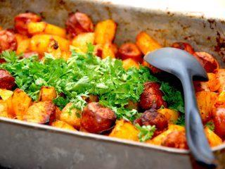En meget lækker omgang pølsemix i ovn, der laves med pølser, kartofler og løg. Krydres med paprika og karry. Foto: Madensverden.dk.