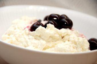 Du kan lave den mest luftige risalamande med risottoris, og risalamanden er faktisk bedre end når du laver den med grødris. Her er den selvfølgelig serveret med en god kirsebærsauce. Foto: Madensverden.dk.