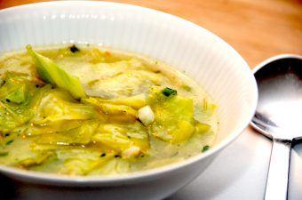 Spidskålssuppe er en nem og lækker suppe med spidskål, og suppen er både sund og nærende. Spidskålssuppen kan bruges både som forret og hovedret. Foto: Madensverden.dk.