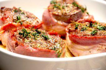 Tournedos i ovn er oksemørbrad, der omvikles med bacon. Bøfferne brunes først på en meget varm pande, og steges derefter færdige i ovnen. Foto: Madensverden.dk.