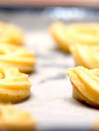De rigtige vaniljekranse med mandelmel og ægte vanilje, der her er sprøjtet ud med en stjernetyl i en sprøjtepose. Sådan skal julesmåkager smage. Foto: Madensverden.dk.