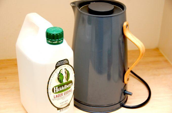 Afkalkning af elkedel og kaffemaskine er nemt med eddike eller eddikesyre, der ret effektivt fjerner kalken. Husk at anvende den klare eddike, og aldrig den brune, der er tilsat sukkerstoffer. Eddike kan også anvendes til afkalkning af Nespresso-maskiner. Foto: Madensverden.dk.