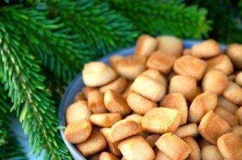 De lækre og gammeldags pebernødder indeholder de helt rigtige krydderier til julen. Pebernødderne bages i syv minutter, og de smager virkelig godt. Foto: Madensverden.dk.
