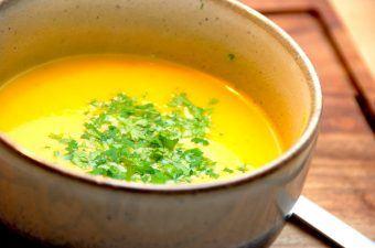 Du kan meget nemt lave denne dejlige gulerodssuppe, der både er god som forret og hovedret. Jeg har kommet lidt kartofler i suppen for at gøre den endnu mere fyldig, og den cremes med lidt fløde. Foto: Madensverden.dk.