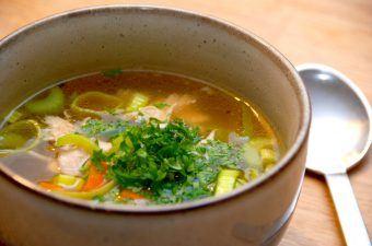 Det er meget nemt at lave en god hønsekødssuppe på en kylling, der koges med bouillon og grøntsager. Kødet tilsættes til sidst i suppen,, som pyntes med lidt persille. Hønsekødssuppen r god både som forret og hovedret. Foto: Madensverden.dk.
