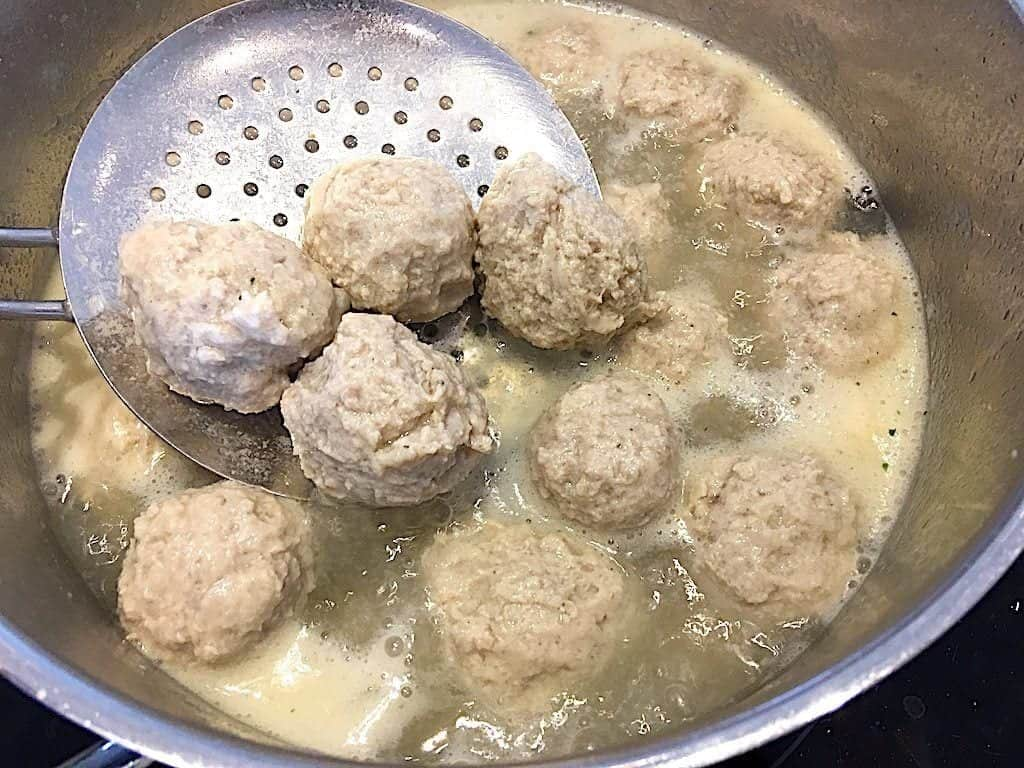 kødboller til boller i karry koges i 10 minutter