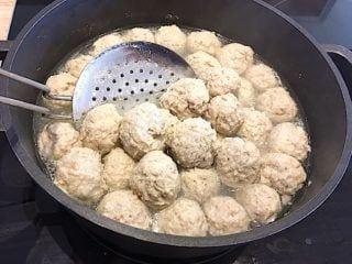 kogning af kødboller til boller i selleri