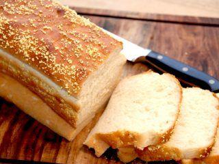 Du kan meget nemt bage et meget lækkert og luftigt franskbrød, der er mindst lige så godt som hos bageren. Perfekt til morgenbordet. Foto: Madensverden.dk.