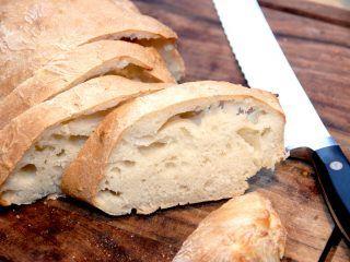 Manitobabrød er et godt og rustikt italiensk brød, der ikke skal æltes. Manitobabrødet bages af manitobamel, og hæver i 9 timer inden det bages ved høj temperatur i ovnen. Foto: Madensverden.dk.