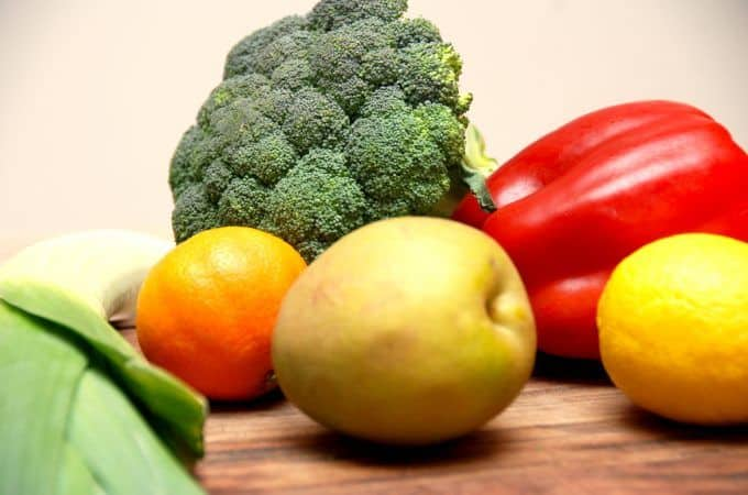 Den bedste opbevaring af frugt og grønt kan være svær at huske. Nogle grøntsager har det bedst at ligge på køkkenbordet, mens andre skal i køleskabet. Og så er der nogle frugter og grøntsager som ikke må ligge i nærheden af hinanden. Foto: Madensverden.dk.