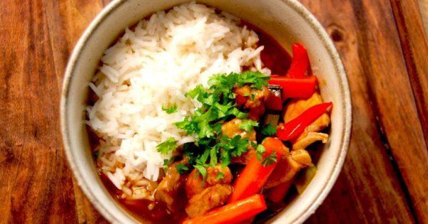 En lækker orientalsk gryderet med lynstegt svinekød og friske grøntsager. Her er retten anrettet i mindre skål med kogte ris, og det er en både sund, nærende og meget hurtig hovedret. Den er god på de travle hverdage. Foto: Madensverden.dk.