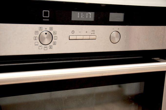 En rengøring af ovn kræver faktisk blot tre ingredienser, men derfor er der stadig et stykke arbejde der skal gøres. Men man kommer langt med sæbe og vand når ovnen skal gøres ren. Foto: Madensverden.dk.