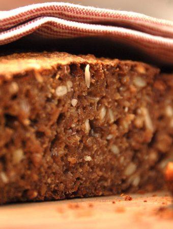 Med denne opskrift på rugbrød med surdej får du altid et perfekt rugbrød, der virkelig smager godt, og som har den helt rigtige og fugtige krumme. Foto: Madensverden.dk.