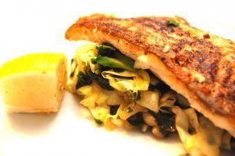 Skindstegt kuller anrettet på lynstegte grøntsager. Kullerfilet steges på panden med skindet på, så fisken ikke går i stykker. Og de lynstegte grøntsager er blandt andet squash og spidskål. Nem mad med fisk. Foto: Madensverden.dk.