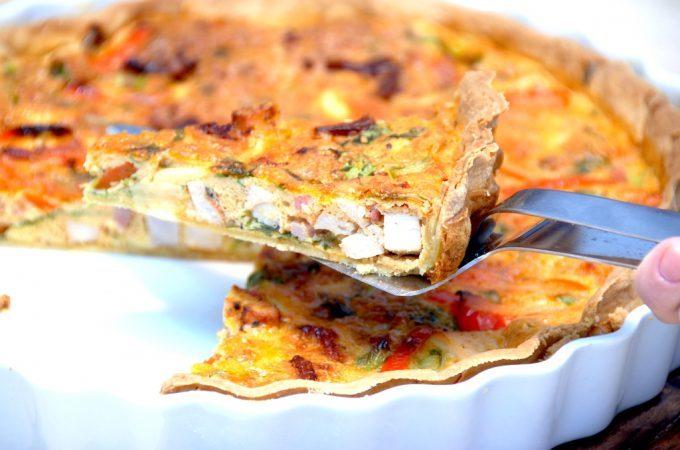 En meget lækker tærte med kylling, og tærten er også bagt med bacon og hakket rucola salat. Kyllingetærten er god som hovedret, og den kan eventuelt serveres med en lækker tomatsalat til. Foto: Madensverden.dk.