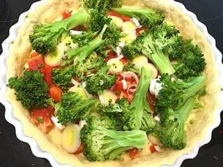billede med grøntsager på tærte