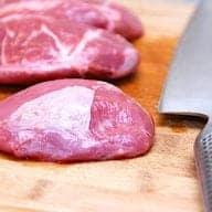billede med langtidsstegte svinekæber på skærebræt