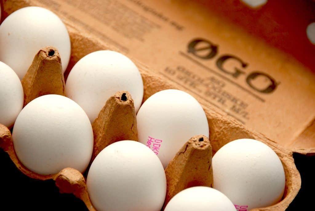 Hvor længe skal man koge et blødkogt æg, og skal det i koldt eller kogende vand? Spørgsmålene er mange, selvom det er nemt og simpelt at koge et æg. Kogetiden på et blødkogt æg er fem minutter, afhængig af størrelsen på ægget. Foto: Madensverden.dk.