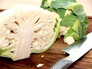 Blomkål er en af de meget populære kål, og den nærmest strutter af sundhed. Samtidig er blomkål en alsidig fætter, der kan spises rå i salater, koges og indgå i et utal af retter. Foto: Madensverden.dk.