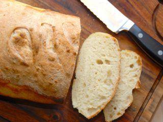Et lækkert og nemt brød med økologisk gær, der helst skal hæve i seks timer på køkkenbordet. Brødet er godt som madbrød, hvor det skæres ud og eventuelt dyppes i lidt olivenolie. Foto: Madensverden.dk.