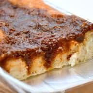 Friskbagt brunsviger er noget af det allerbedste. Brunsvigeren er nationalkage på Fyn, men kagen nydes overalt i Danmark. Her bagt med en lækker kanelremonce. Foto: Holger Rørby Madsen, Madensverden.dk.