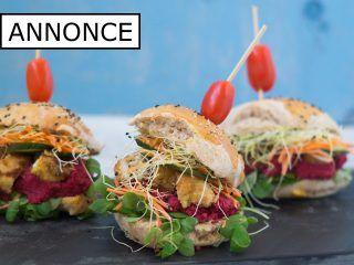 En hjemmelavet kyllingeburger med Frijsenborg kylling og en super skøn rødbedehumus. Så bliver en burger bare ikke bedre.
