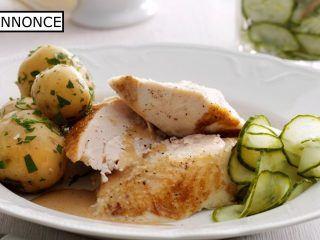 En grydestegt kylling med agurkesalat er en rigtig dansk klassiker, som smager meget af sommer, men som naturligvis kan spises på alle tider af året. Snyd ikke dig selv for den hjemmelavede agurkesalat.