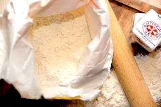 Hvedemel bruger vi til bagning og en masse andre ting i køkkenet, men hvad er det nu lige melet er for noget? Og er hvedemel sundt? Her kan du blive meget klogere på mel. Foto: Madensverden.dk.