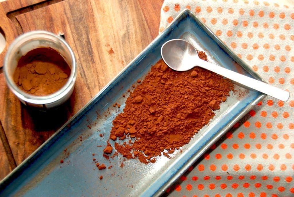 Kakao kommer fra kakaotræet, og den nydes verden over i alt fra drikke til kager og selvfølgelig som chokolade. Kakaoen er sund for os, og den kan blandt andet være med til at modvirke stress. Foto: Madensverden.dk.