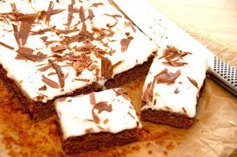 En lækker kanelkage, der toppes med glasur og reven chokolade. Kanelkagen er tilpas krydret, og den har den helt rigtige smag af kanel. Rækker fint til 4-6 personer. Foto: Madensverden.dk.