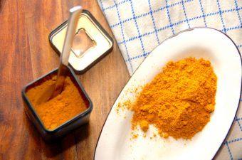 Karry er et populært krydderi, men faktisk er det sammensat af mange krydderier. Karry kommer fra Indien, hvor det hedder masala, hvilket blot betyder blanding. Og det er lige hvad det er. Foto: Madensverden.dk.
