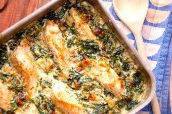 En lækker kylling med spinat, der laves i et fad og bages i ovnen. Du skal bruge frisk spinat, der lægges som bund, og ovenpå kommer så stegt kylling. Retten serveres med ris og en frisk blomkålssalat. Foto: Madensverden.dk.