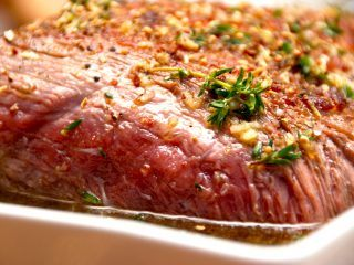 En langtidsstegt kalveculotte, der steges cirka fem timer i ovnen ved lav temperatur. Her er kalveculotten klar til at komme i ovnen. Foto: Madensverden.dk.