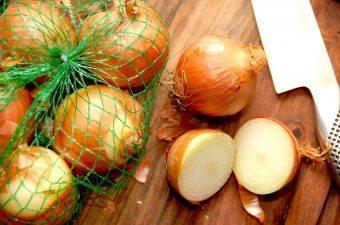 Løg er en af de mest anvende grøntsager, og bruges i et utal af retter. Både frikadeller og millionbøf ville være kedelige uden løg, og samtidig er løget særdeles sundt for os. Foto: Madensverden.dk.
