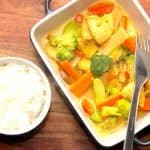 Sådan en omgang lynhurtig karrykylling er lækker mad, hvor du kan anvende forskellige typer af grønt. Her er det blandt andet bambusskud og broccoli. Karryretten serveres med kogte ris. Foto: Madensverden.dk.
