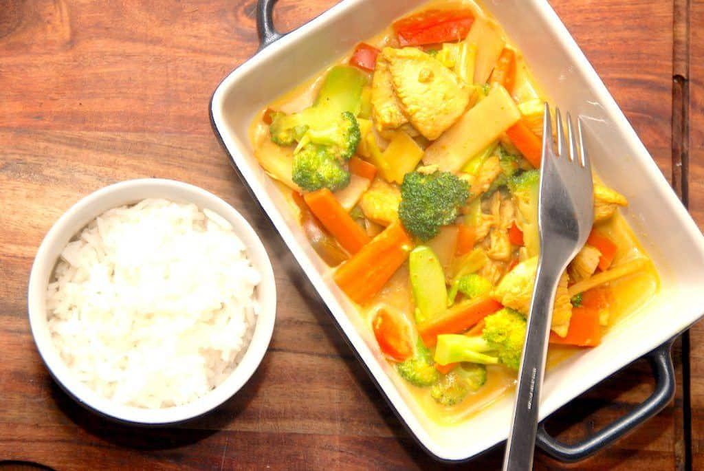 Lynhurtig karrykylling med grøntsager og ris