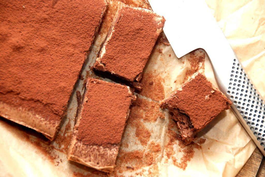 En nem italiensk chokoladekage, der laves af få ingredienser og er færdig på kort tid. Chokoladekagen laves med rigtig chokolade, og sigtes med kakao efter bagning. Foto: Madensverden.dk.