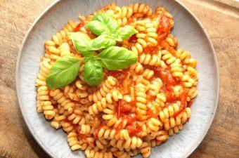 En klassisk og meget simpel tomatsauce med masser af smag. Der anvendes friske tomater, og du behøver ikke at flå dem først. Tomatsaucen koges ti minutter, og derefter vendes pasta i. Her er der anvendt pastaskruer. Foto: Madensverden.dk.