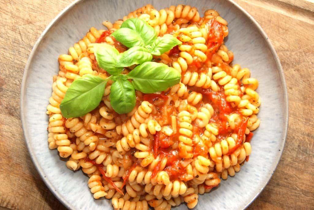 Nem og rustik tomatsauce med pasta