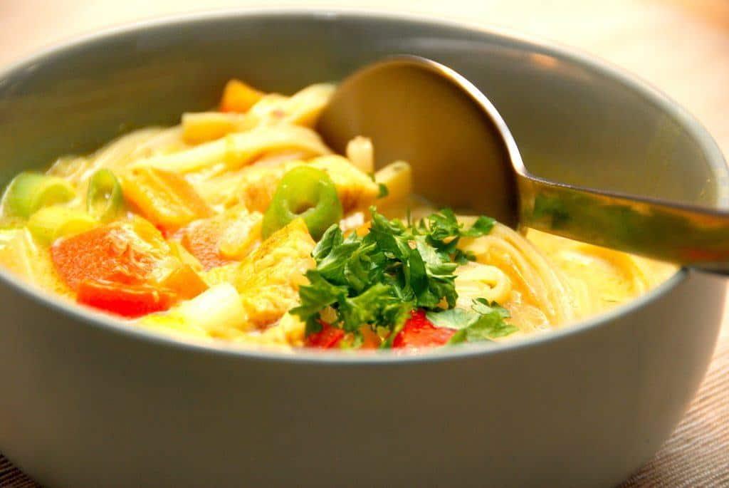 Nem thaisuppe med kylling og nudler