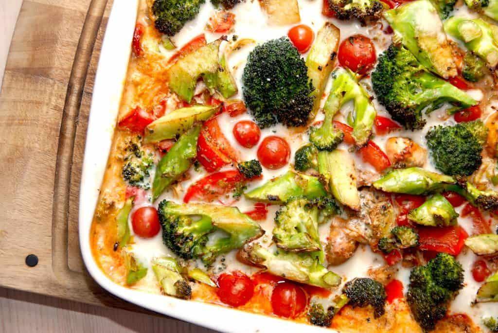 Nemme koteletter i fad med grøntsager