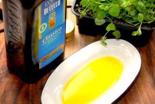 Olivenolie bruges nok af de fleste, og den har heldigvis en række sunde egenskaber. Men der er forskel på kvaliteten, og du bør altid købe en ekstra jomfru olivenolie. Foto: Holger Rørby Madsen, Madensverden.dk.