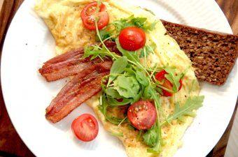 Omelet med rucola og tomater (nem omelet)