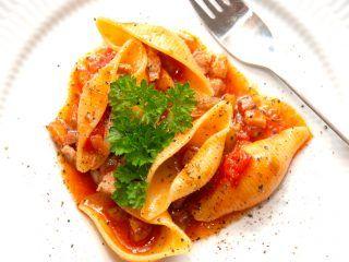 Ser det ikke bare lækkert ud? En skøn pasta med forårsløg og en indkogt tomatsovs, der er lavet med bland andet bacon og hvidløg. Udover selvfølgelig masser af forårsløg. Foto: Madensverden.dk.